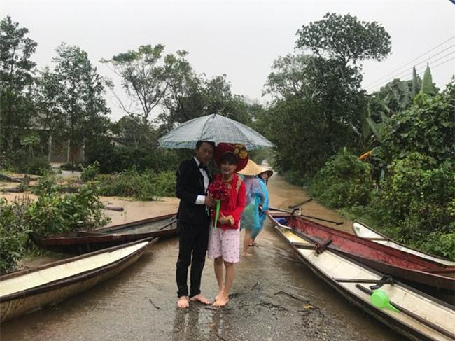 Tổ chức đám cưới trong ngày mưa ngập, cặp đôi đã có hành động khiến người ta bật cười - Ảnh 4.