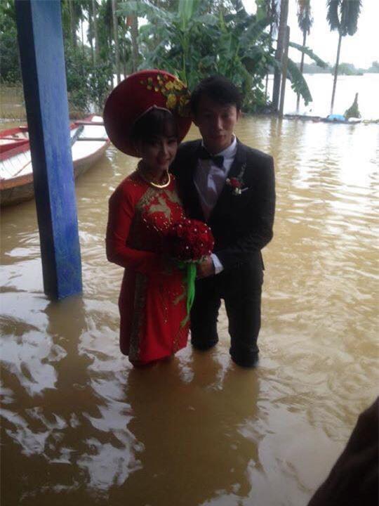 Tổ chức đám cưới trong ngày mưa ngập, cặp đôi đã có hành động khiến người ta bật cười - Ảnh 8.