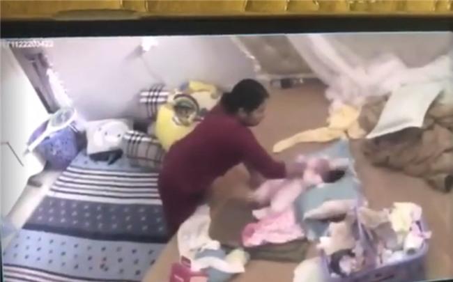 Clip: Kinh hoàng giúp việc đánh đập, tung hứng bé gái hơn 1 tháng tuổi - Ảnh 2.