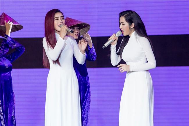 Hòa Minzy gặp sự cố khi đang trình diễn trên sân khấu-3
