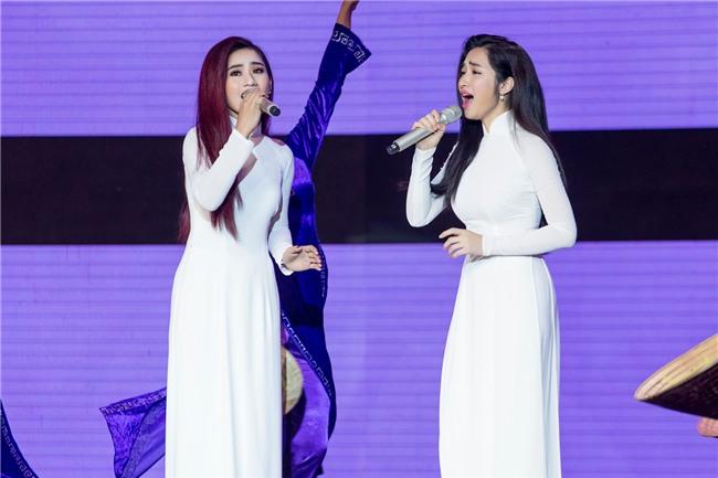 Hòa Minzy gặp sự cố khi đang trình diễn trên sân khấu-4