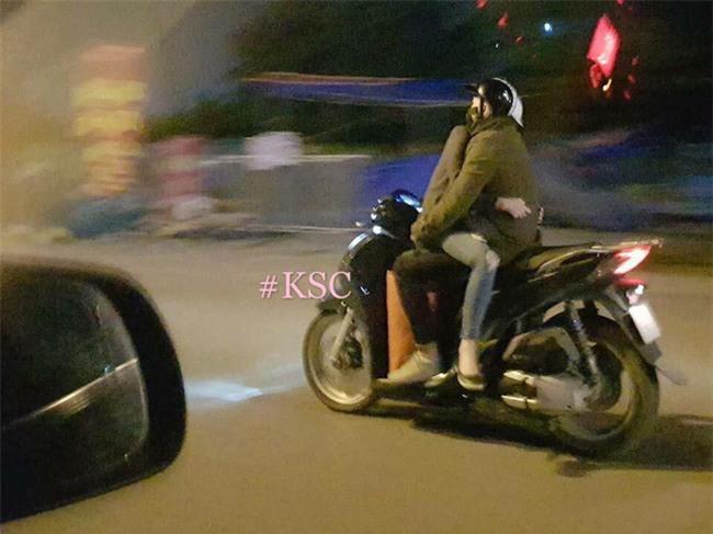 Khoảnh khắc chạy xe máy của đôi bạn trẻ khiến người ta kinh ngạc  - Ảnh 1.