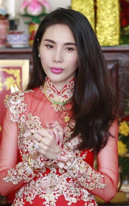 Từ vòng cổ, vòng tay đến nhẫn cưới gia đình trao cho Thủy Tiên đều bằng vàng và có giá trị lớn. - Tin sao Viet - Tin tuc sao Viet - Scandal sao Viet - Tin tuc cua Sao - Tin cua Sao
