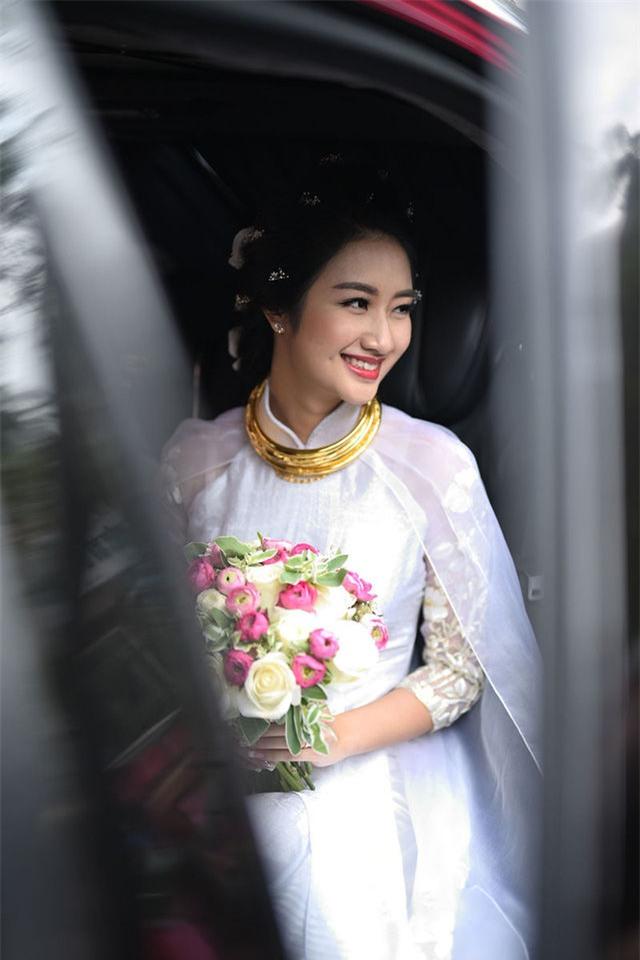Hoa hậu Thu Ngân đeo kiềng vàng nặng trĩu cổ trong lễ cưới. - Tin sao Viet - Tin tuc sao Viet - Scandal sao Viet - Tin tuc cua Sao - Tin cua Sao