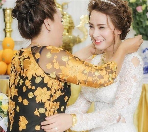 Không có quá nhiều trang sức bằng vàng như các sao Việt khác nhưng chiếc vòng cổ và vòng tay mà Hải Băng được nhận từ gia đình trong lễ đínhhôn cũng có giá trị không hề nhỏ. - Tin sao Viet - Tin tuc sao Viet - Scandal sao Viet - Tin tuc cua Sao - Tin cua Sao
