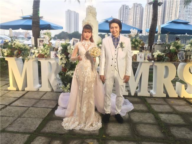 Cập nhật: Khởi My và Kelvin Khánh thay trang phục giản dị để tham gia tiệc cưới - Ảnh 1.