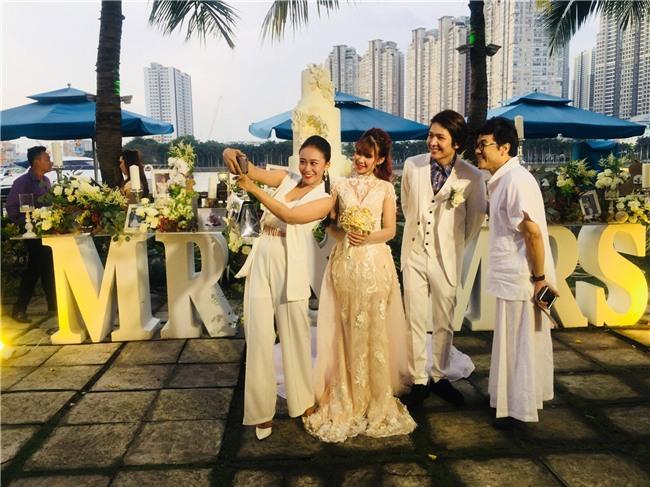 Cập nhật: Khởi My và Kelvin Khánh thay trang phục giản dị để tham gia tiệc cưới - Ảnh 2.