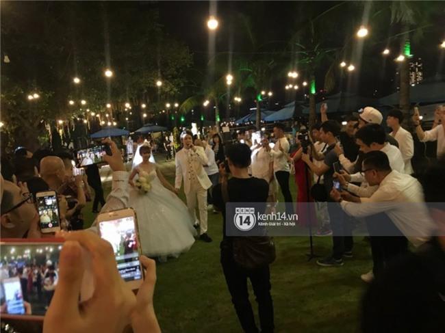 Cập nhật: Khởi My và Kelvin Khánh thay trang phục giản dị để tham gia tiệc cưới - Ảnh 10.