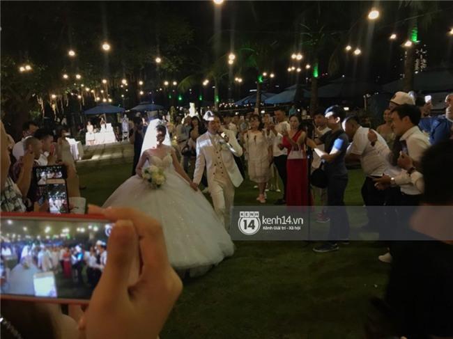 Cập nhật: Khởi My và Kelvin Khánh thay trang phục giản dị để tham gia tiệc cưới - Ảnh 11.