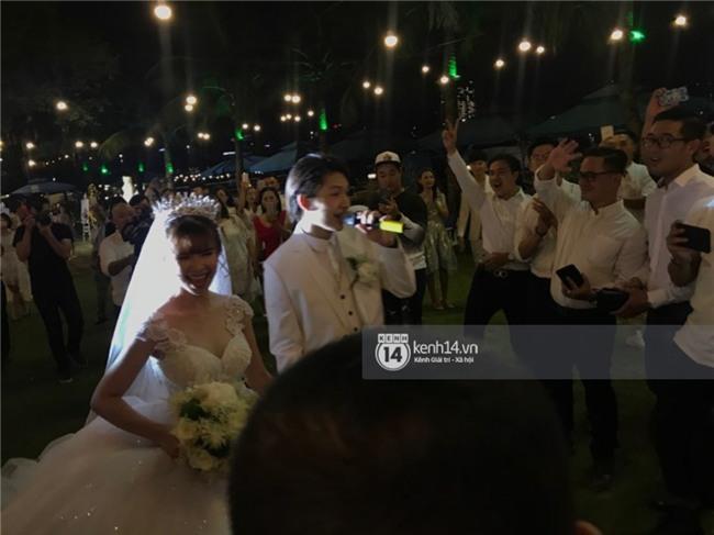 Cập nhật: Khởi My và Kelvin Khánh thay trang phục giản dị để tham gia tiệc cưới - Ảnh 12.