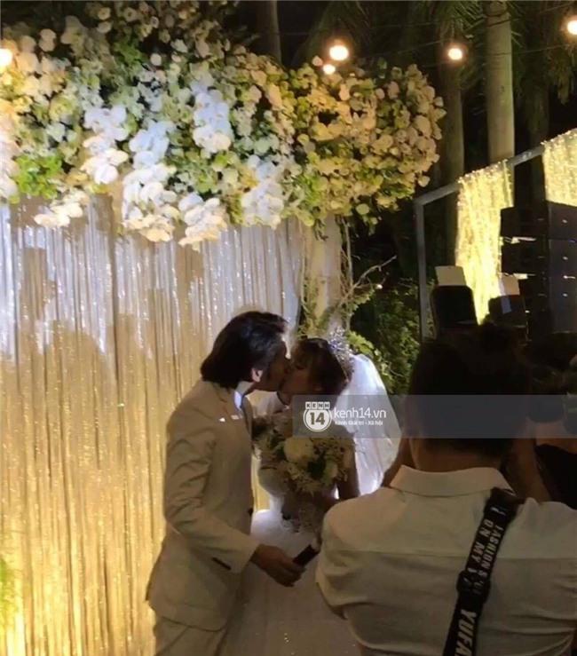Cập nhật: Khởi My và Kelvin Khánh thay trang phục giản dị để tham gia tiệc cưới - Ảnh 13.
