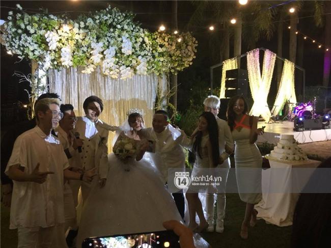 Cập nhật: Khởi My và Kelvin Khánh thay trang phục giản dị để tham gia tiệc cưới - Ảnh 15.