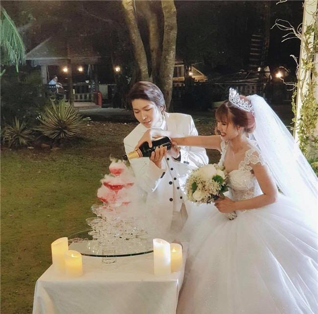 Cập nhật: Khởi My và Kelvin Khánh thay trang phục giản dị để tham gia tiệc cưới - Ảnh 16.