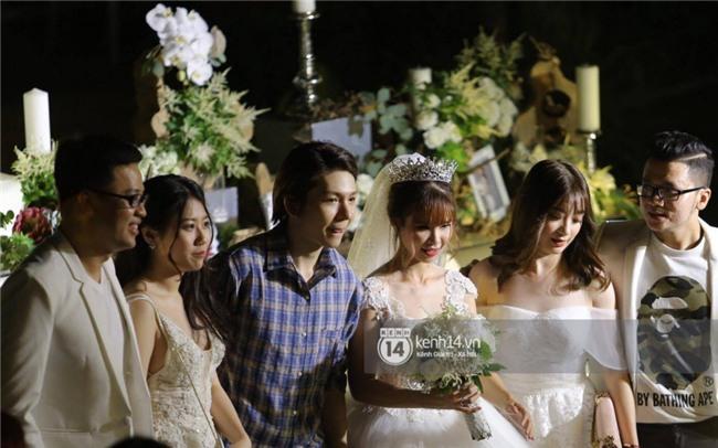 Cập nhật: Khởi My và Kelvin Khánh thay trang phục giản dị để tham gia tiệc cưới - Ảnh 18.