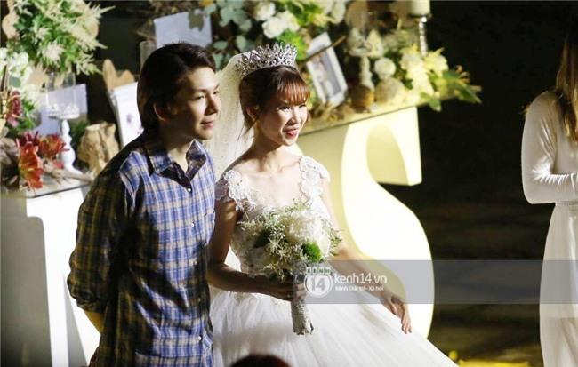 Cập nhật: Khởi My và Kelvin Khánh thay trang phục giản dị để tham gia tiệc cưới - Ảnh 19.