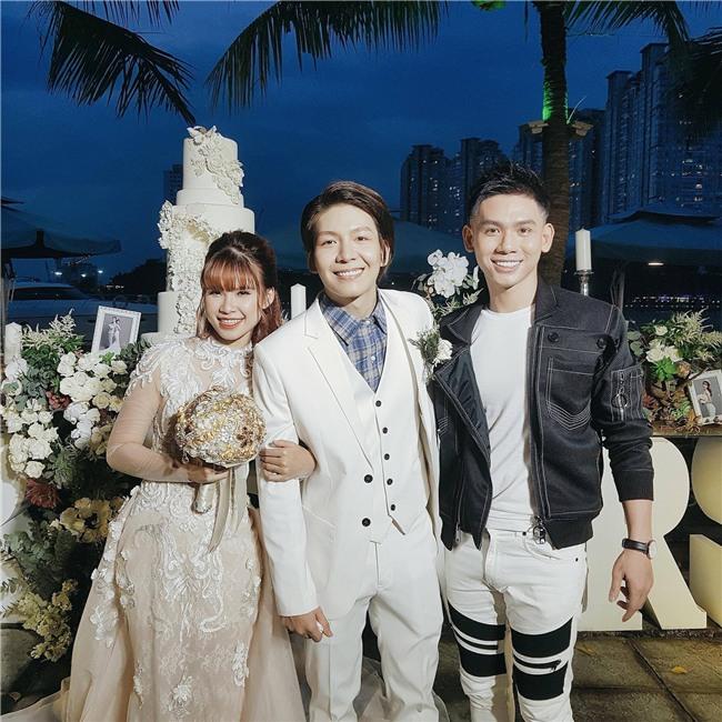 Cập nhật: Khởi My và Kelvin Khánh thay trang phục giản dị để tham gia tiệc cưới - Ảnh 4.