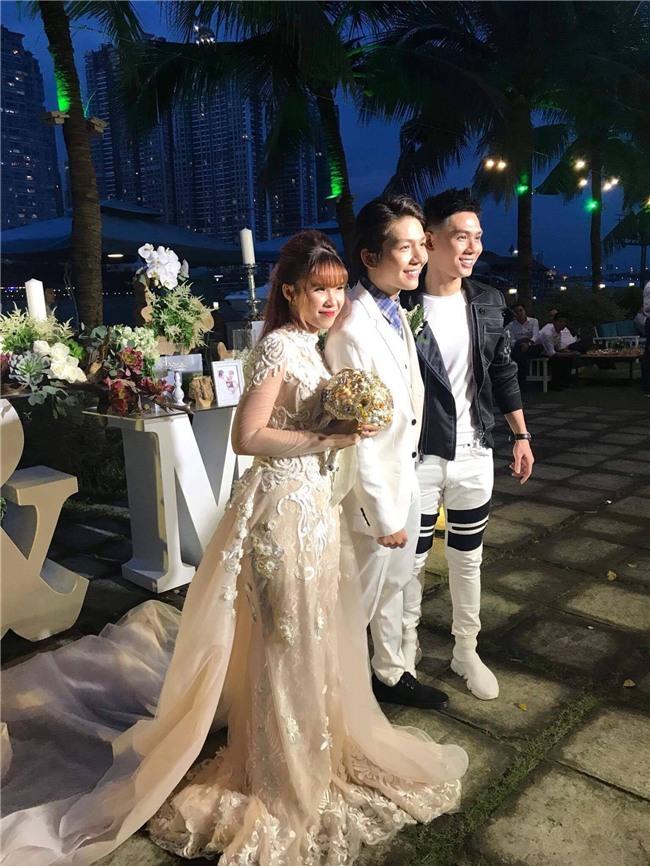 Cập nhật: Khởi My và Kelvin Khánh thay trang phục giản dị để tham gia tiệc cưới - Ảnh 5.