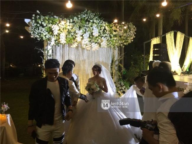 Cập nhật: Khởi My và Kelvin Khánh thay trang phục giản dị để tham gia tiệc cưới - Ảnh 8.