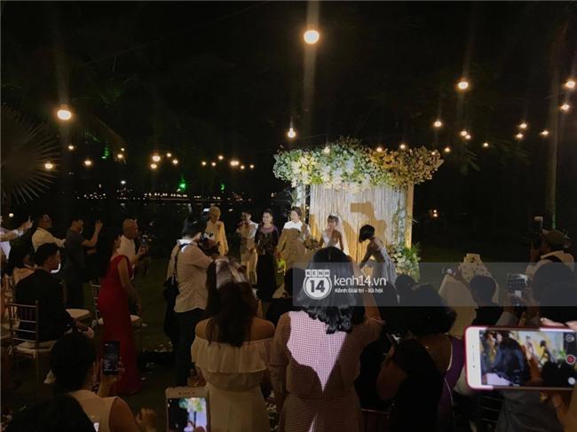 Cập nhật: Khởi My và Kelvin Khánh thay trang phục giản dị để tham gia tiệc cưới - Ảnh 9.
