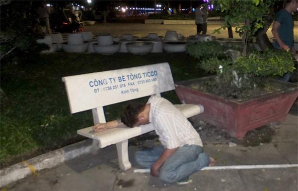 Người đàn ông chết gục bên ghế đá ở công viên - Ảnh 1.