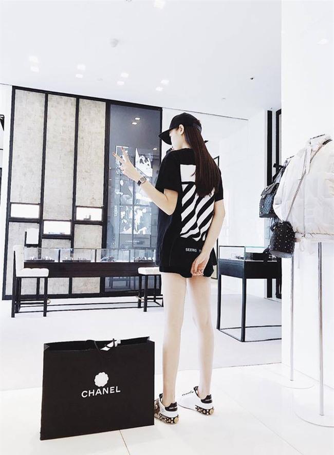 Street style sao Việt: Kỳ Duyên khoe chân dài bất tận, Angela Phương Trinh mặc váy xinh nhưng lại ngồi kém duyên - Ảnh 1.