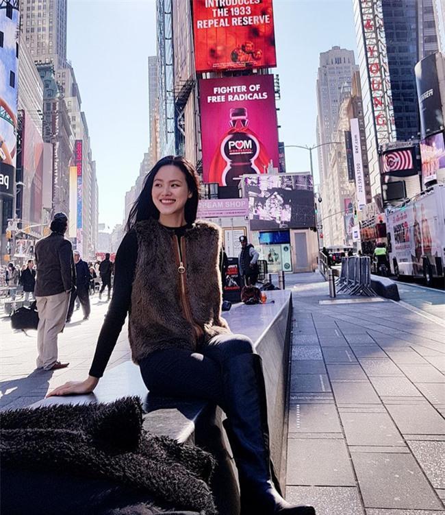 Street style sao Việt: Kỳ Duyên khoe chân dài bất tận, Angela Phương Trinh mặc váy xinh nhưng lại ngồi kém duyên - Ảnh 17.
