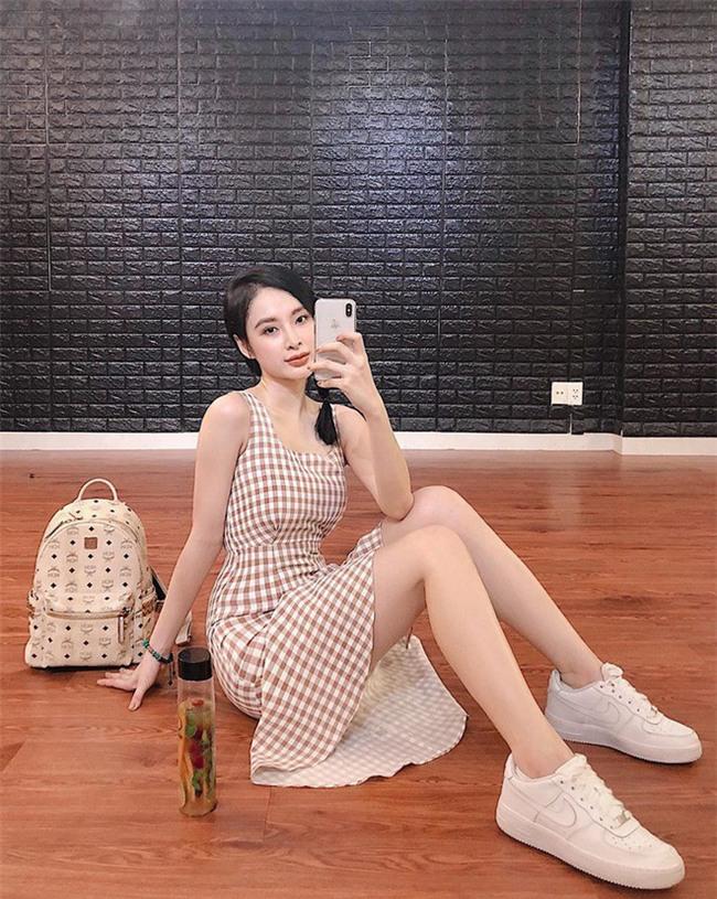 Street style sao Việt: Kỳ Duyên khoe chân dài bất tận, Angela Phương Trinh mặc váy xinh nhưng lại ngồi kém duyên - Ảnh 3.