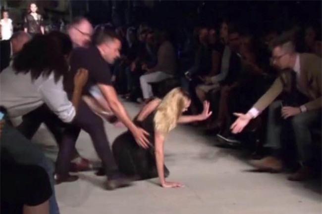 500 pha ngã sấp mặt của các người mẫu trên sàn catwalk: Trốn chẳng được, độn thổ chẳng xong! - Ảnh 11.