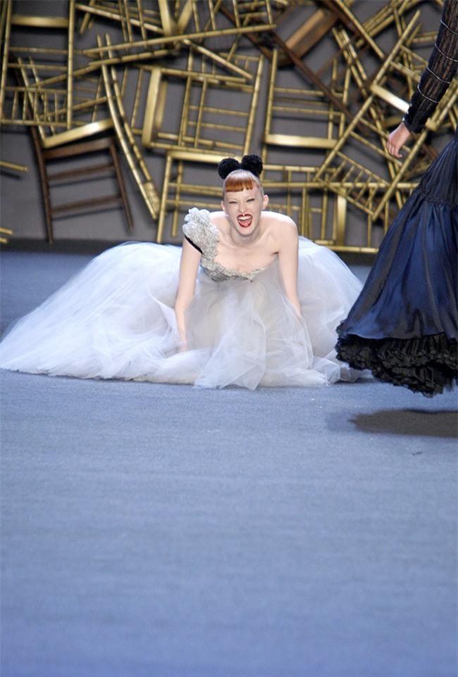 500 pha ngã sấp mặt của các người mẫu trên sàn catwalk: Trốn chẳng được, độn thổ chẳng xong! - Ảnh 13.