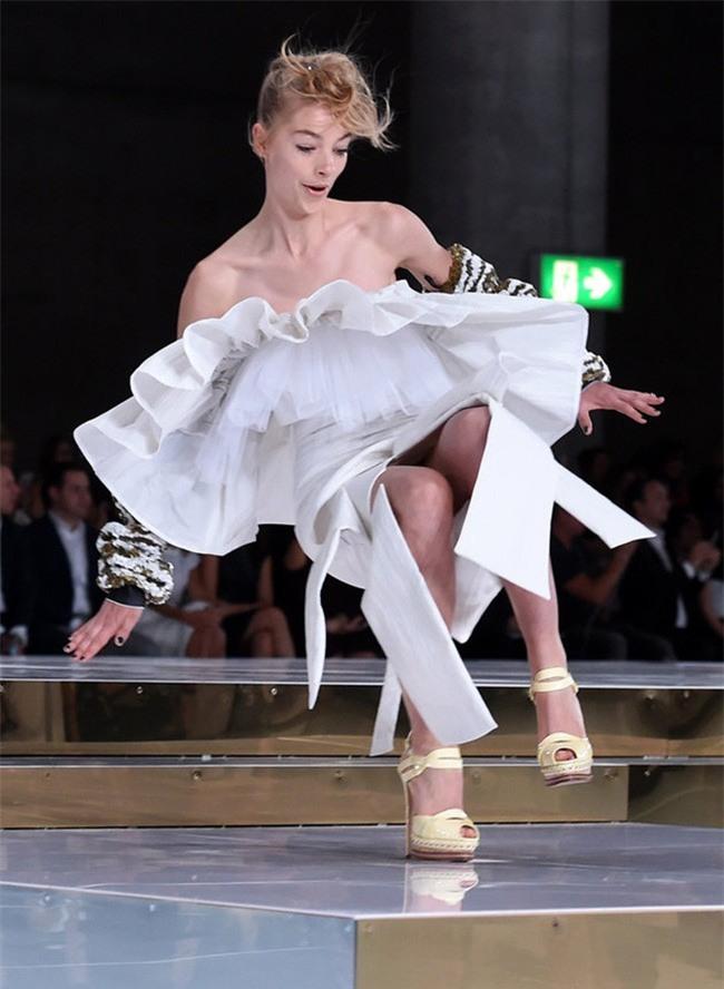 500 pha ngã sấp mặt của các người mẫu trên sàn catwalk: Trốn chẳng được, độn thổ chẳng xong! - Ảnh 14.