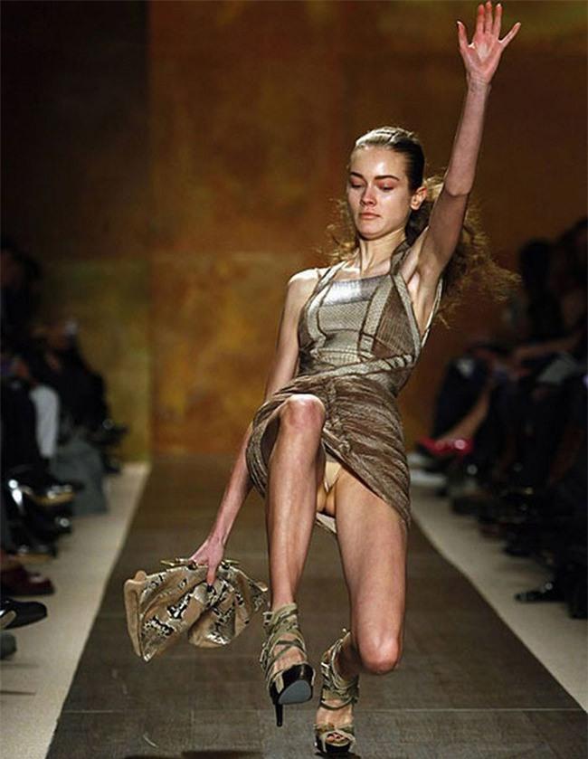 500 pha ngã sấp mặt của các người mẫu trên sàn catwalk: Trốn chẳng được, độn thổ chẳng xong! - Ảnh 2.