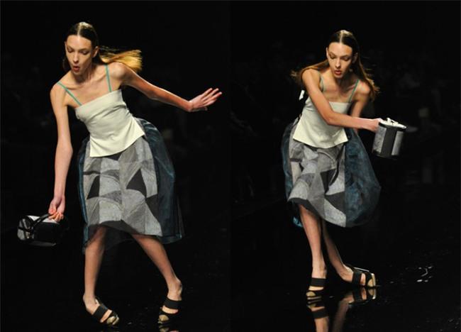 500 pha ngã sấp mặt của các người mẫu trên sàn catwalk: Trốn chẳng được, độn thổ chẳng xong! - Ảnh 3.
