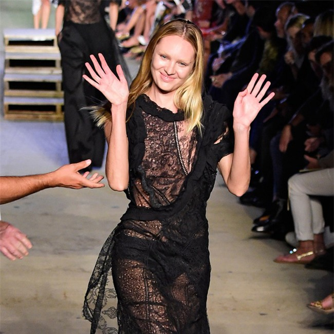 500 pha ngã sấp mặt của các người mẫu trên sàn catwalk: Trốn chẳng được, độn thổ chẳng xong! - Ảnh 5.