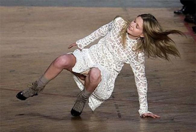 500 pha ngã sấp mặt của các người mẫu trên sàn catwalk: Trốn chẳng được, độn thổ chẳng xong! - Ảnh 7.