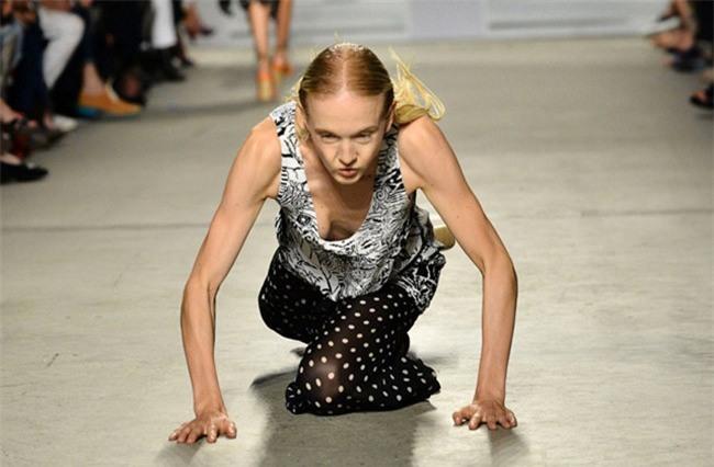 500 pha ngã sấp mặt của các người mẫu trên sàn catwalk: Trốn chẳng được, độn thổ chẳng xong! - Ảnh 8.