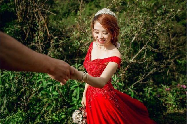 Một bức ảnh chụp hai người phụ nữ trong đám cưới, dân mạng tranh cãi ai là mẹ chồng, ai là con dâu - Ảnh 3.