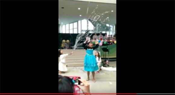 Diễn Elsa sâu vô cùng, lại được hội chị em phụ họa có tâm, video của cô bé 10 tuổi được chia sẻ ầm ầm trên mạng - Ảnh 4.