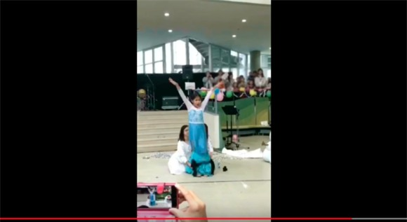 Diễn Elsa sâu vô cùng, lại được hội chị em phụ họa có tâm, video của cô bé 10 tuổi được chia sẻ ầm ầm trên mạng - Ảnh 5.