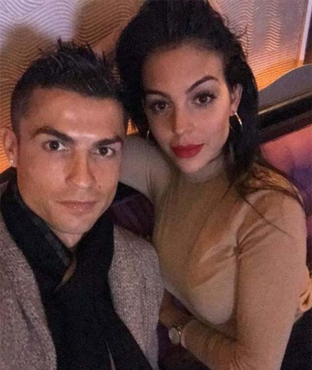 Ronaldo quấn quít bên Georgina sau khi lập kỷ lục ở Champions League - Ảnh 1.