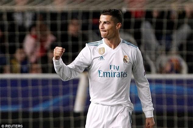 Ronaldo quấn quít bên Georgina sau khi lập kỷ lục ở Champions League - Ảnh 2.