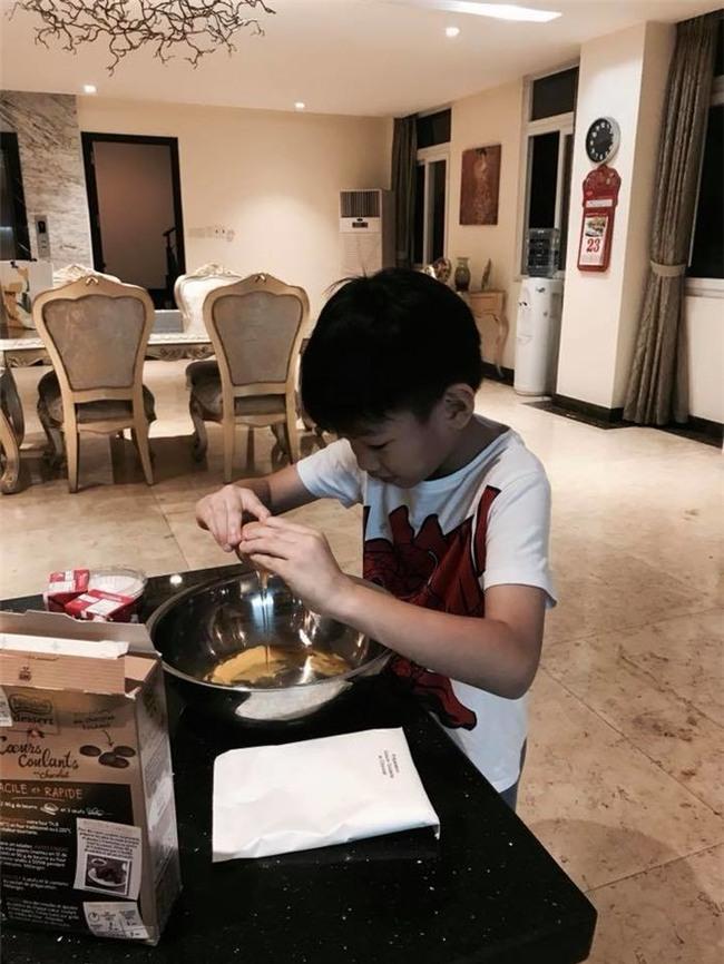 Chỉ mới 7 tuổi, Subeo tự tay làm bánh socola gây sốt cộng đồng mạng - Tin sao Viet - Tin tuc sao Viet - Scandal sao Viet - Tin tuc cua Sao - Tin cua Sao