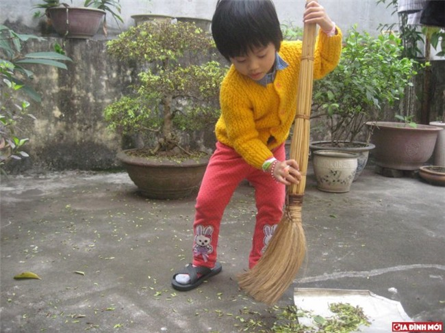 'Thuê' bé làm việc nhà ngoài các việc bé vẫn có trách nhiệm phải làm để giúp con hiểu tiền không tự nhiên mà có