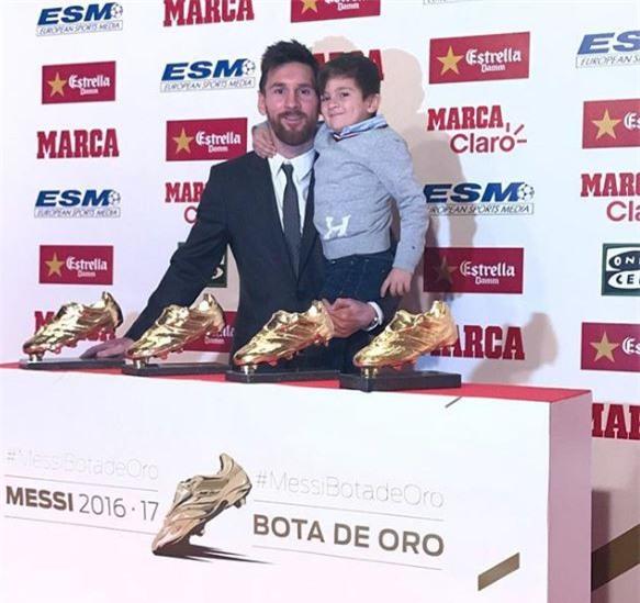 Con trai Messi phùng má siêu dễ thương, cùng cha nhận giải Chiếc giày vàng - Ảnh 1.