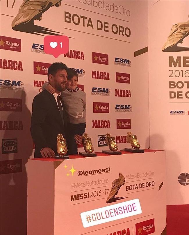 Con trai Messi phùng má siêu dễ thương, cùng cha nhận giải Chiếc giày vàng - Ảnh 2.