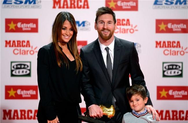 Con trai Messi phùng má siêu dễ thương, cùng cha nhận giải Chiếc giày vàng - Ảnh 3.