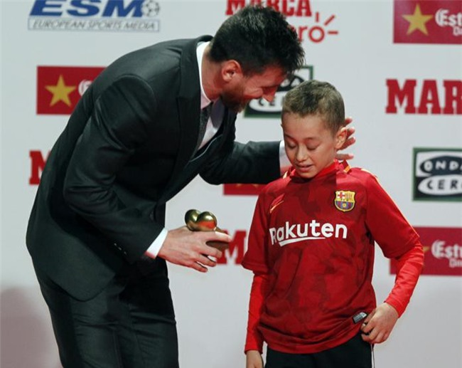 Con trai Messi phùng má siêu dễ thương, cùng cha nhận giải Chiếc giày vàng - Ảnh 9.