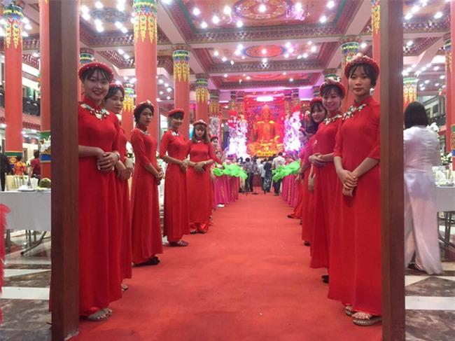 Siêu đám cưới tại Bắc Ninh: Kéo dài 15 ngày, 2 xe Rolls-Royce rước dâu, pháo hoa bắn rợp trời - Ảnh 1.