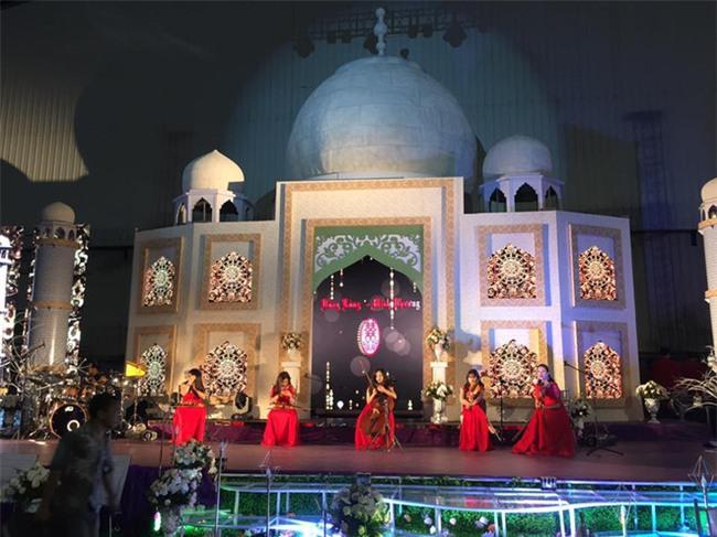 Siêu đám cưới tại Bắc Ninh: Kéo dài 15 ngày, 2 xe Rolls-Royce rước dâu, pháo hoa bắn rợp trời - Ảnh 8.