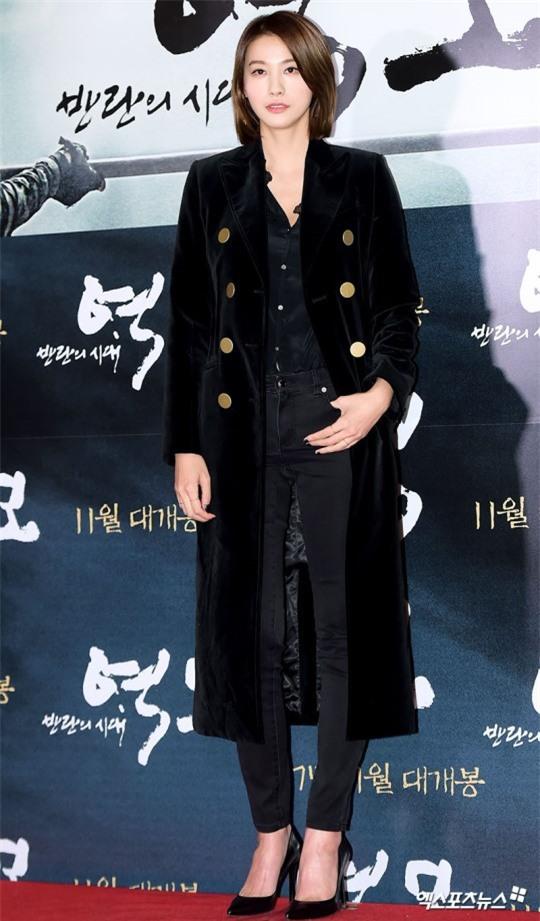 Áo khoác dáng dài năm nào cũng hot, nhưng để mặc đẹp và thật hợp mốt thì phải học tập các idol Hàn này - Ảnh 14.