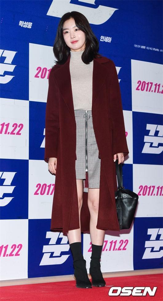 Áo khoác dáng dài năm nào cũng hot, nhưng để mặc đẹp và thật hợp mốt thì phải học tập các idol Hàn này - Ảnh 16.